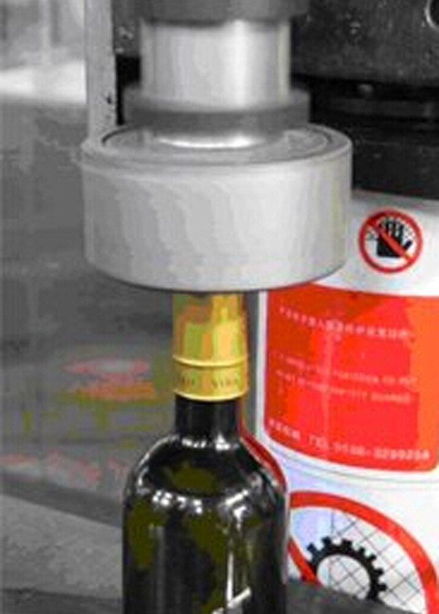 operation of Wine Bottle Heat Shrink Capsules sealing machin