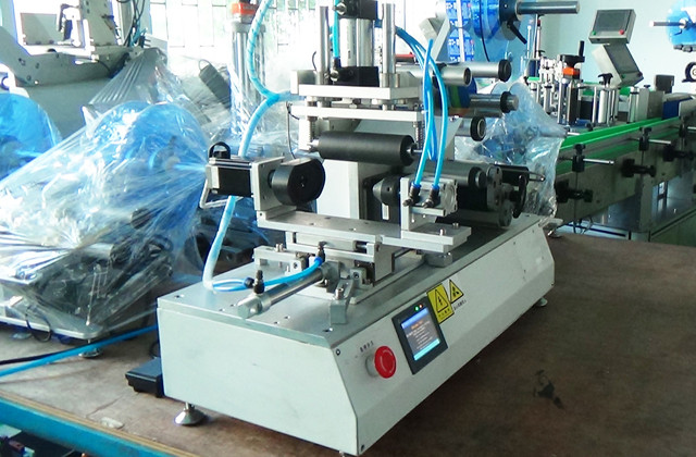 full view of  YX-LM520A rolling labeling machine semi automa