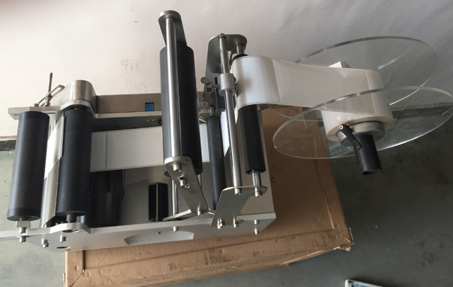 top view of the YX-50 semi automated round bottle labeller.j