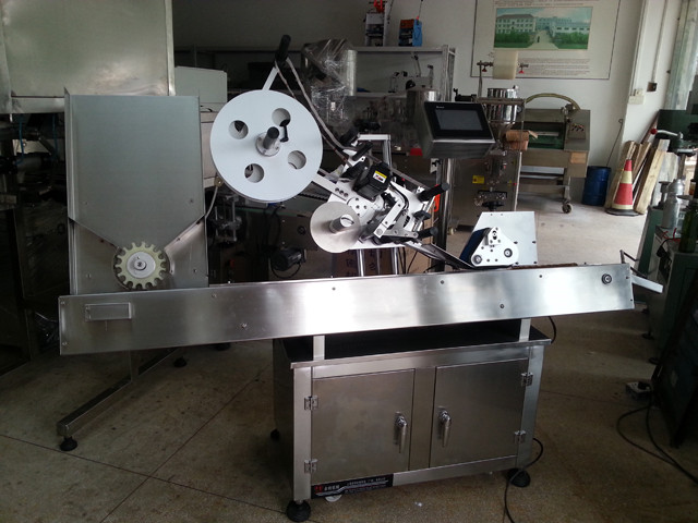 Horizontal syringe labeling machine fully automatic pharmaceutical injection containers labeller equipment custom pharma labeling machinery